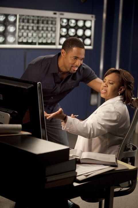 Ben (Jason Jorge, l.) plant etwas Besonderes für Bailey (Chandra Wilson, r.), doch sie ist nur mit ihrer Arbeit beschäftigt, während ein Paar mit my... - Bildquelle: Touchstone Television