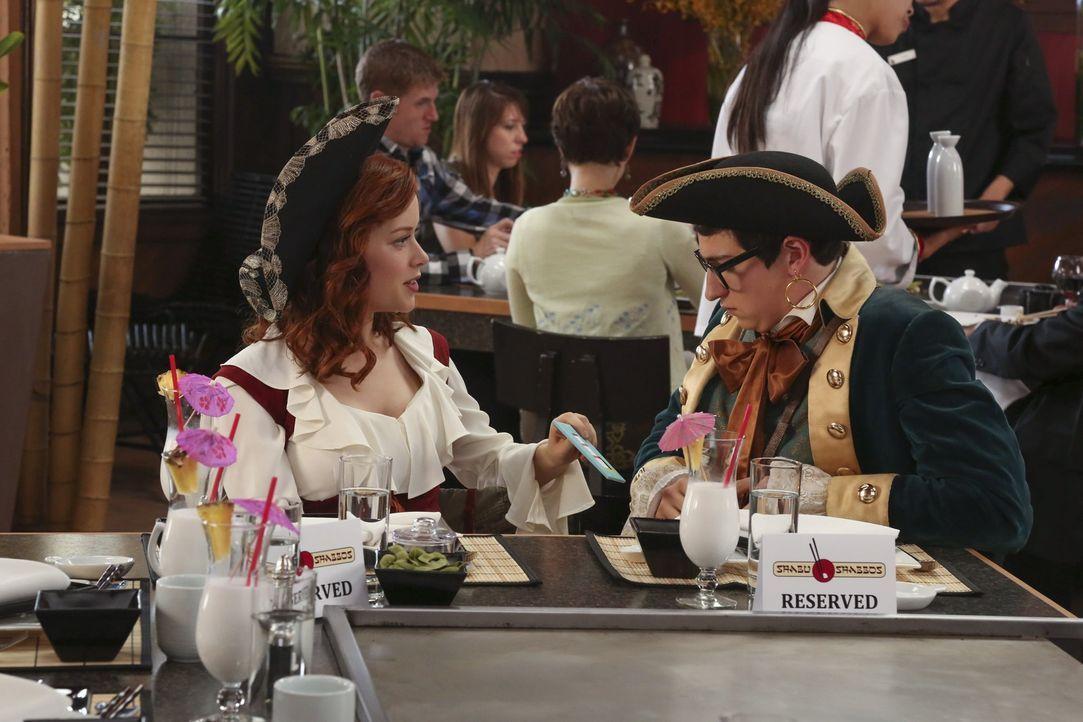 Tessa (Jane Levy, l.) wird von einer Einladung zu Evans (Sam Lerner, r.) Geburtstag unter Druck gesetzt. Dort angekommen erzählt sie ihm, was sie wi... - Bildquelle: Warner Bros. Television