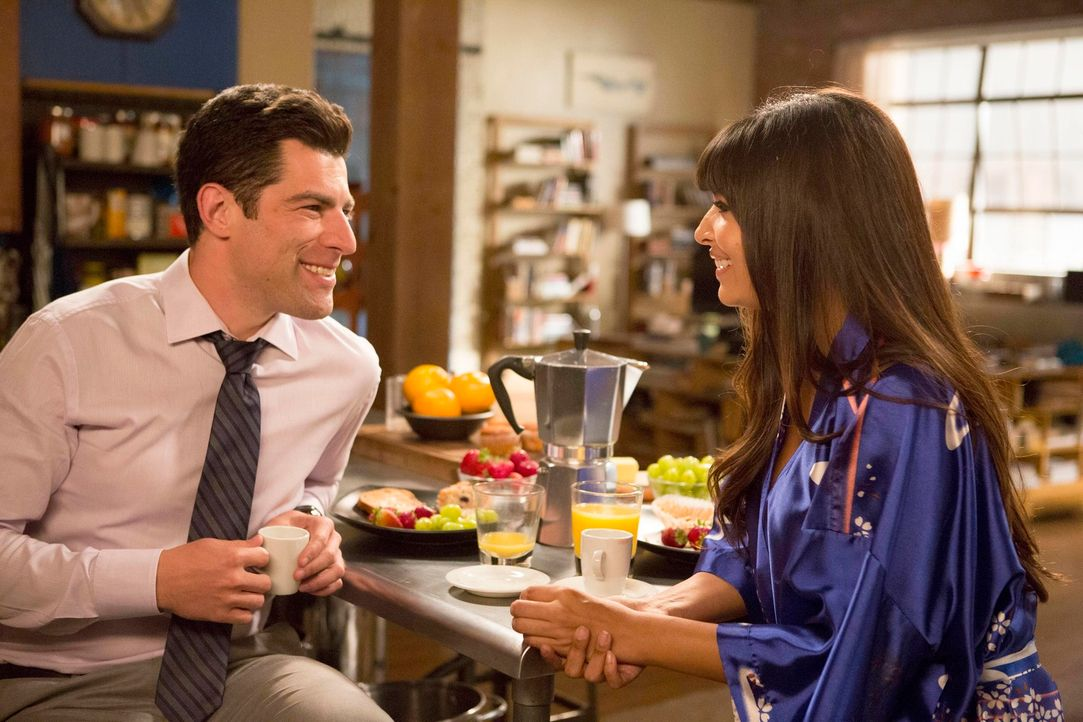 Schmidt (Max Greenfield, l.) gerät in eine äußerst unangenehme Situation, als bei einer Betriebsfeier sowohl Elizabeth als auch Cece (Hannah Simone,... - Bildquelle: TM &   2013 Fox and its related entities. All rights reserved.