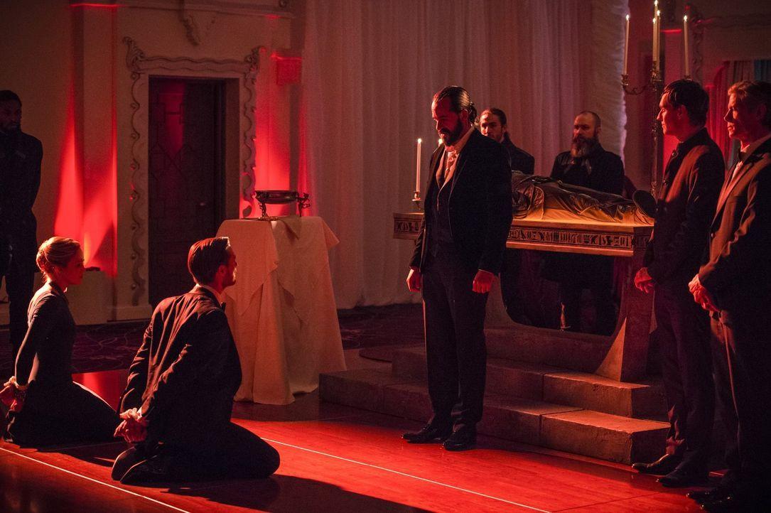 Was wird Vandal Savage (Casper Crump, 3.v.l.) mit Sara (Caity Lotz), l.) und Rip (Arthur Darvill, 2.v.l.) anstellen, nachdem er sie auf einer seiner... - Bildquelle: 2015 Warner Bros.