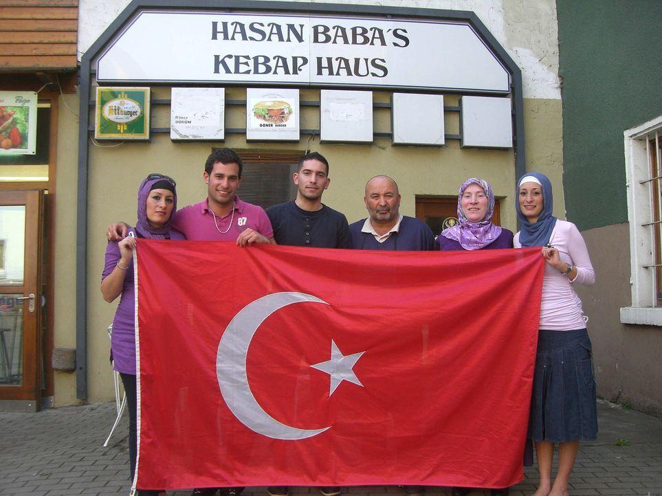 Die 21-jährige Esma (r.) und ihre Familie. - Bildquelle: ProSieben