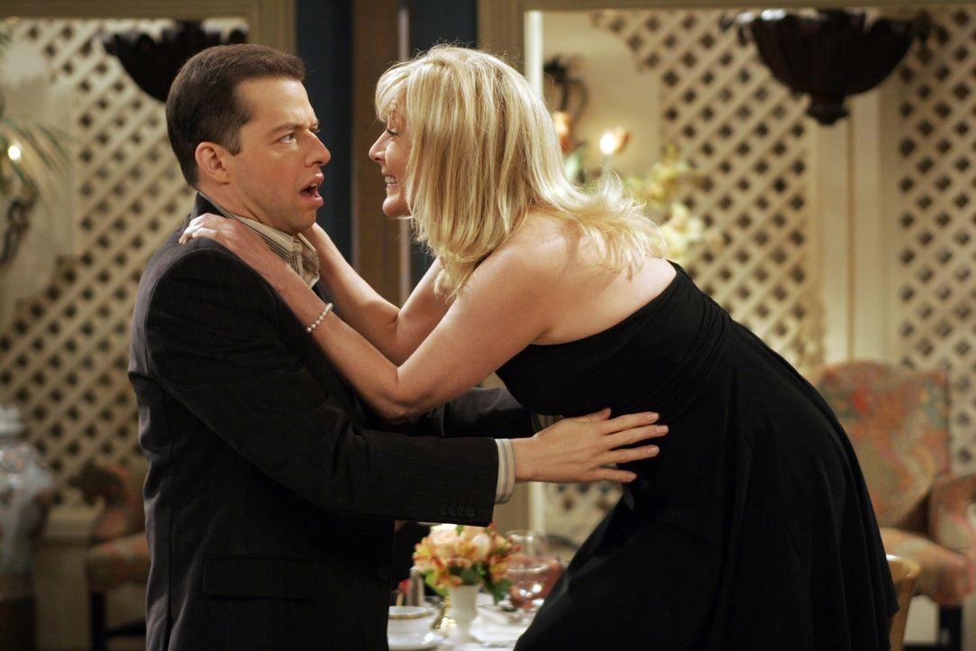 Alan (Jon Cryer, l.) steht in der Schuld seiner Mutter und muss sich deshalb während eines gemeinsamen Abendessens um Trudy (Chloe Webb, r.), die T... - Bildquelle: Warner Brothers Entertainment Inc.
