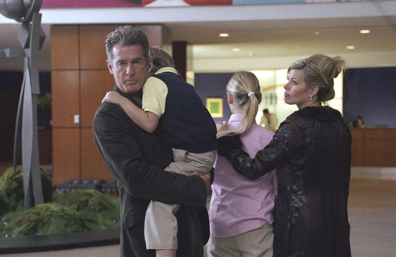 Killer wollen den Politker Charles Keefe (Jack Scalia, l.) und dessen Frau Lydia (Beth Toussaint, r.) ermorden. Die einzige, die davon weiß, ist di... - Bildquelle: Telepool GmbH