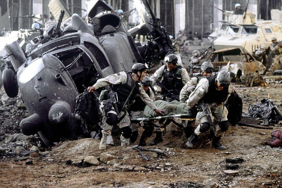Auch Cliff Wolcott (Jeremy Piven) stürzt mit seiner Black Hawk Super Six One ab ... - Bildquelle: Columbia Pictures