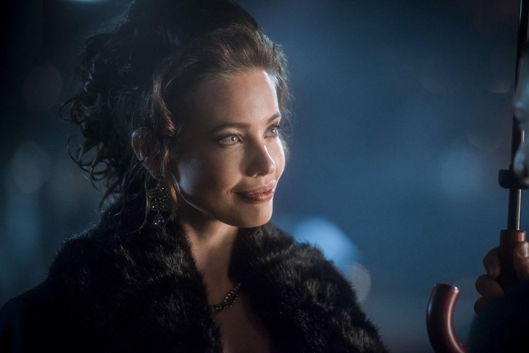 Hilft die hübsche Valentina Vostok (Stephanie Corneliussen) Vandal tatsächlich wissentlich dabei, seine neusten finsteren Pläne auszuführen? - Bildquelle: 2015 Warner Bros.