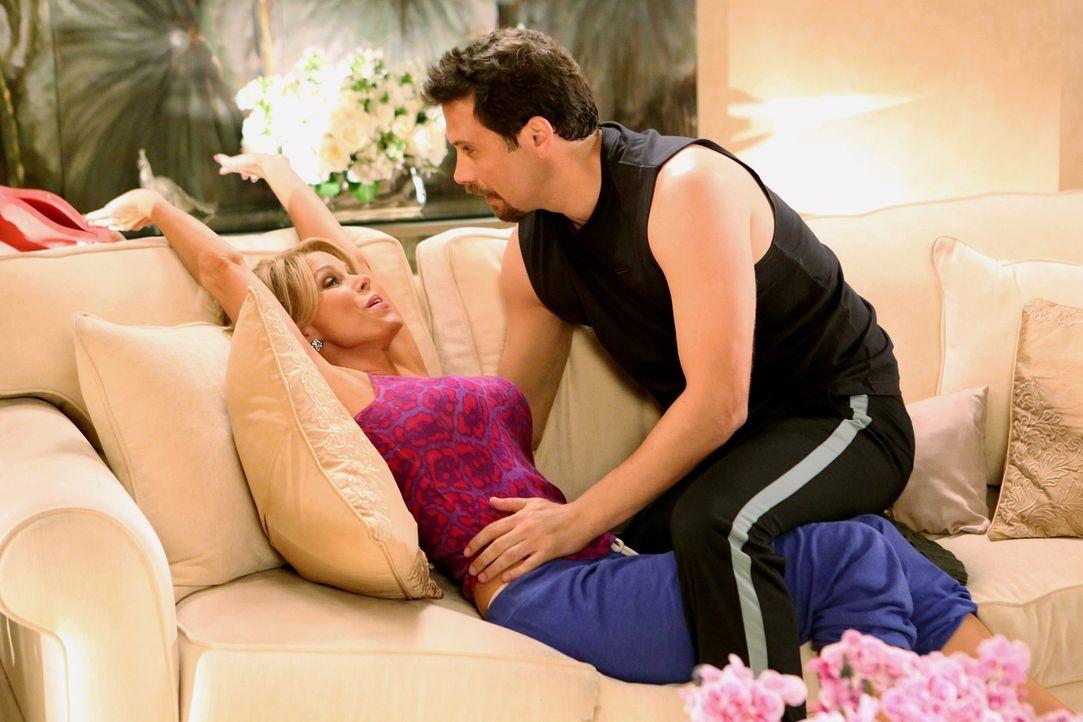 George (Jeremy Sisto, r.) und Dallas (Cheryl Hines, l.) werden intim - allerdings ganz anders, als George es sich vorgestellt hatte ... - Bildquelle: Warner Brothers