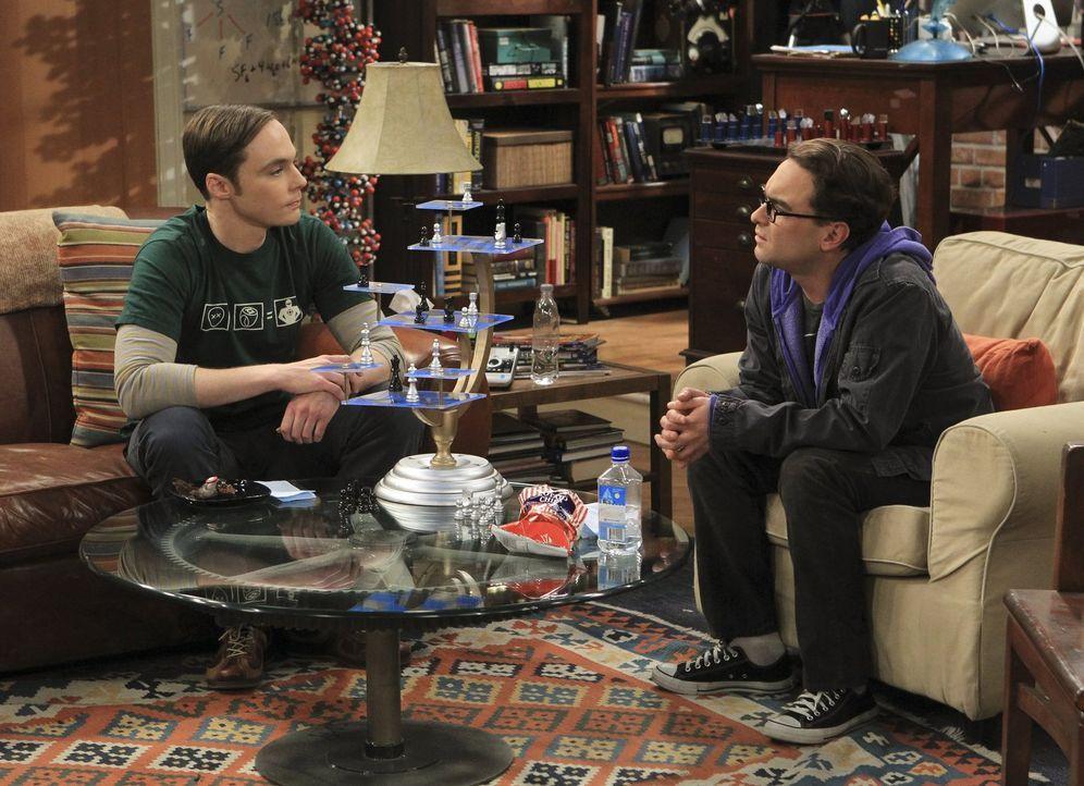 Während Amy das Tempo ihrer Beziehung zu Sheldon (Jim Parsons, l.) anziehen möchte, sagt  Leonard (Johnny Galecki, r.) etwas zu Penny, das sie besse... - Bildquelle: Warner Bros. Television