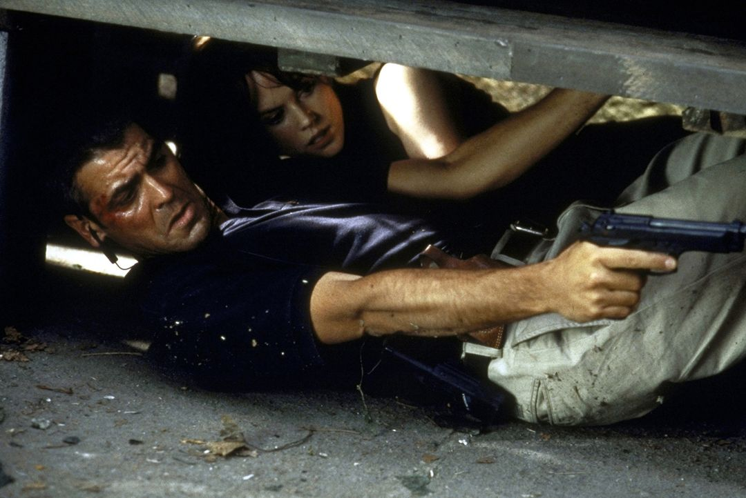 Um die Katastrophe aufhalten zu können, müssen Thomas (George Clooney, l.) und Julia (Nicole Kidman, r.) Kopf und Kragen riskieren ... - Bildquelle: DreamWorks SKG