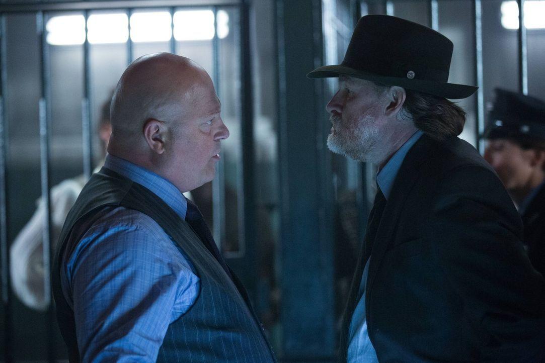 Gordon wurde von Barbara und ihren Leuten entführt. Barnes (Michael Chiklis, l.) und Bullock (Donal Logue, r.) begeben sich auf deren Fährte, um Gor... - Bildquelle: Warner Brothers