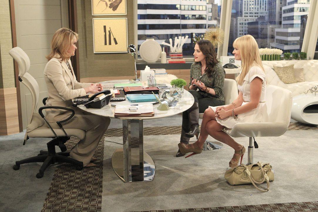 Um ihren Laden zu retten, müssen Caroline (Beth Behrs, r.) und Max (Kat Dennings, M.) ein geschäftliches Gespräch mit einer reichen und emotionsl... - Bildquelle: Warner Bros. Television
