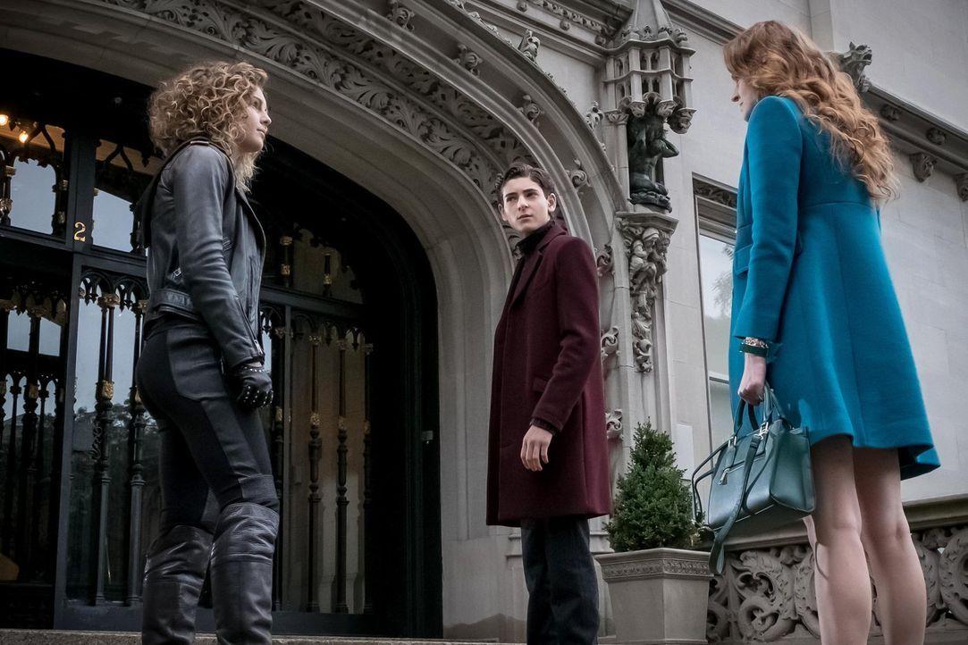 Während Gordon und Bullock misstrauisch gegenüber Captain Barnes werden, offenbart Ivy Pepper (Maggie Geha, r.) ihre wahre Identität und bringt dabe... - Bildquelle: Warner Brothers