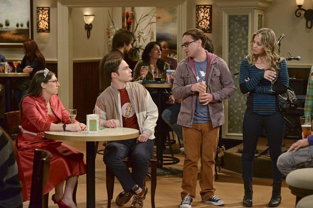 Versuchen alles, um für Bernadette und Howard ein tolles Fest zu organisieren: (v.l.n.r.) Amy (Mayim Bialik), Sheldon (Jim Parsons), Leonard (Johnny... - Bildquelle: Warner Bros. Television