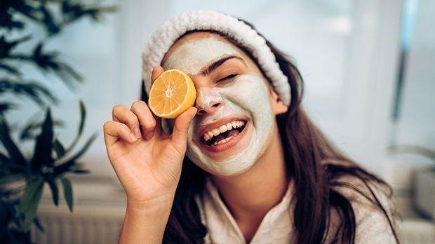 Bei trockener und fahler Haut solltest du ein Fruchtsäurepeeling probieren -...