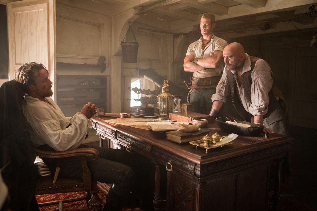 Gerüchte über die Rückkehr eines Feindes sorgen bei Captain Flint (Toby Stephens, l.), Billy Bones (Tom Hopper, M.) und Gates (Mark Ryan, r.) für bl... - Bildquelle: 2013 Starz Entertainment LLC, All rights reserved