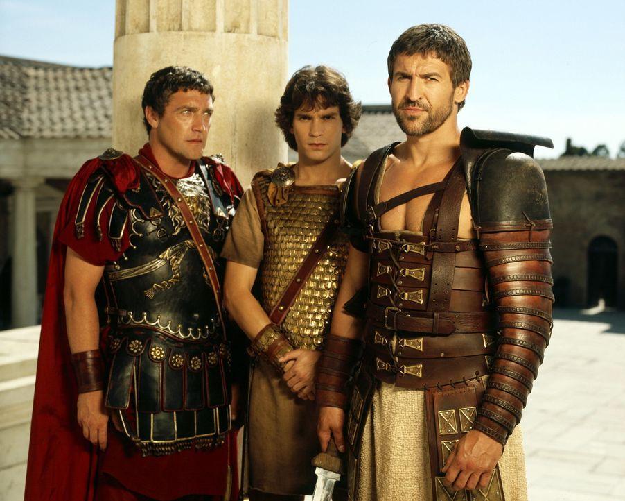 Um sich zu schützen engagiert Caesar den besten Gladiator Roms, Tyrannus (Jonathan Cake, r.), zu seinem Leibwächter. Als dessen Sohn entführt wir... - Bildquelle: Hallmark Entertainment
