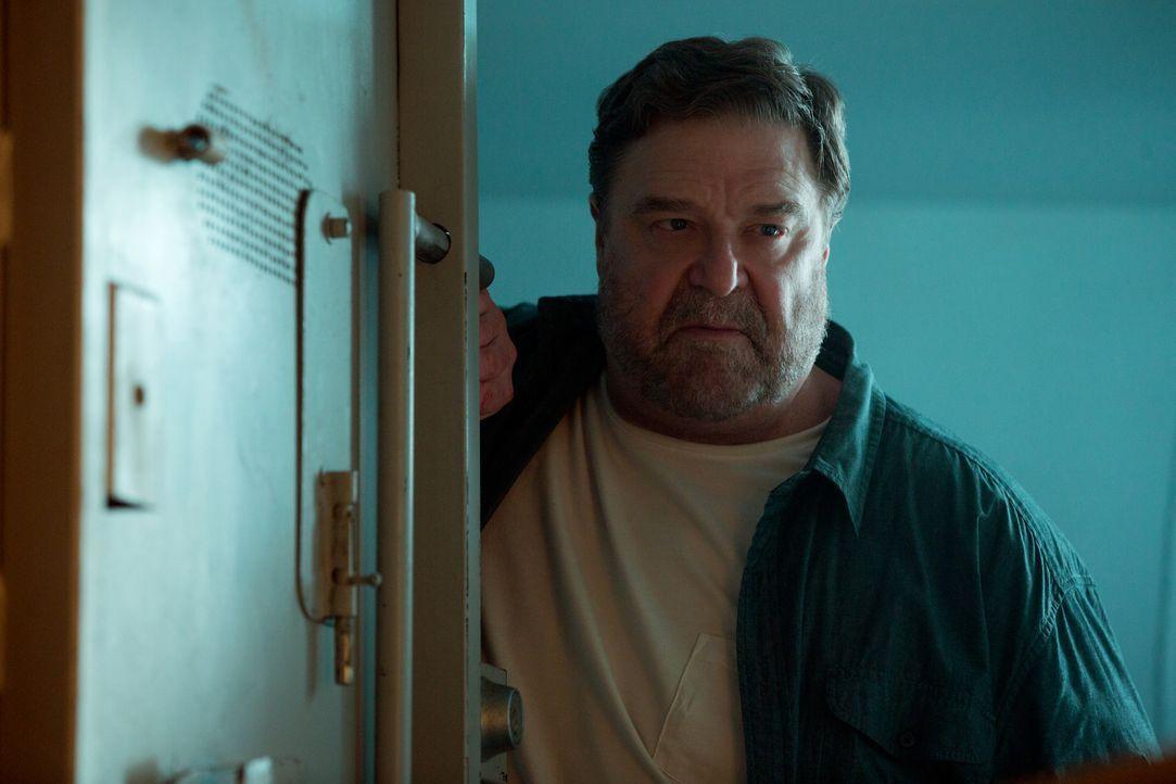 Spielt Howard (John Goodman) ein falsches Spiel oder versucht er tatsächlich, sich und den anderen beiden das Leben zu retten? - Bildquelle: Michele K. Short 2016 Paramount Pictures.  All Rights Reserved.