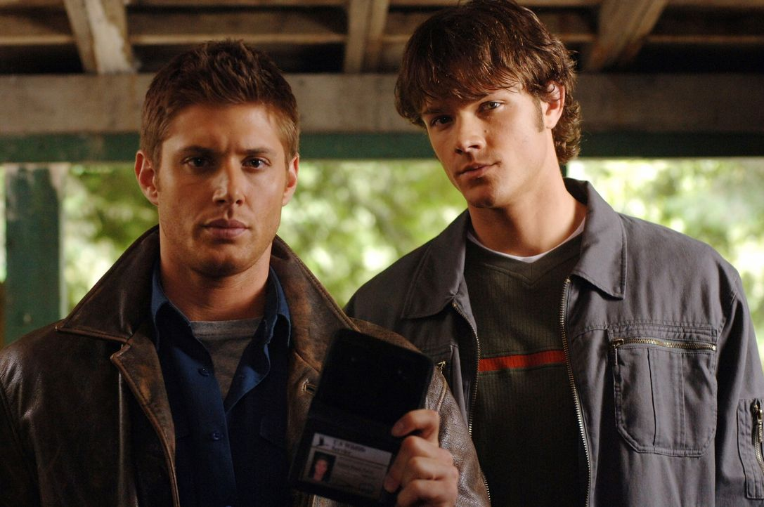 Ein junges Mädchen verschwindet beim Schwimmen in einem See, doch die Leiche wird nie gefunden. Sam (Jared Padalecki, r.) und Dean (Jensen Ackles,... - Bildquelle: Warner Bros. Television