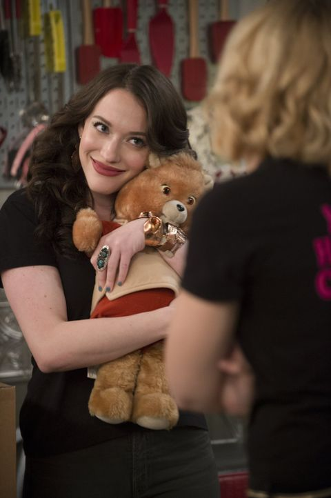 Max (Kat Dennings) erhält ein rührseliges Geschenk von ihrer Mutter ... - Bildquelle: Warner Bros. Television