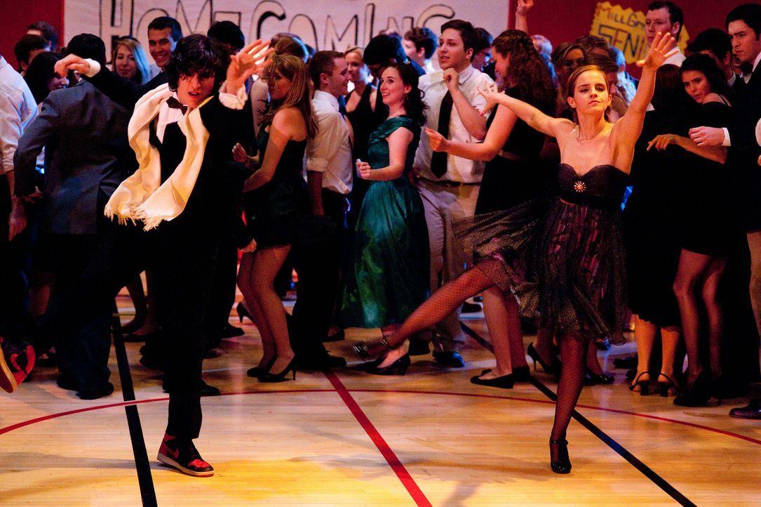 Mit ihrer unangepassten und unkonventionellen Art üben die Geschwister Patrick (Ezra Miller, l.) und Sam (Emma Watson, r.) einen nachhaltigen Eindru... - Bildquelle: John Bramley 2011 Summit Entertainment, LLC.  All rights reserved.
