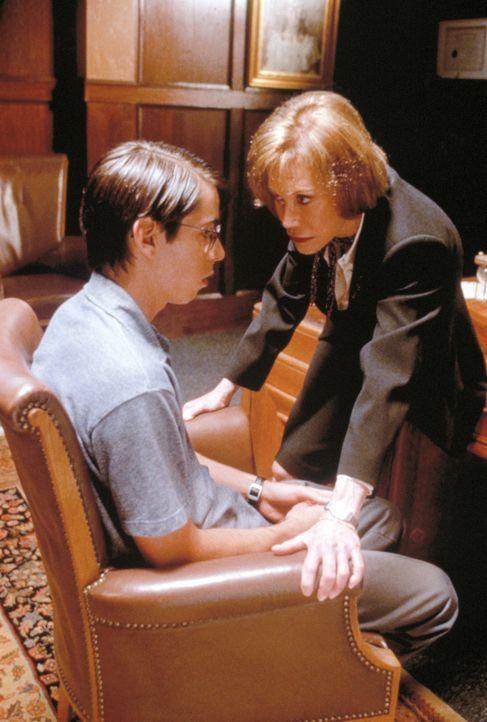 Ausgerechnet in ihrem Abschlussjahr will die Direktorin der North Point Academy, Mrs. Stark (Mary Tyler Moore, r.) Jonathan Jacob Applebee (Martin S... - Bildquelle: New Line Cinema