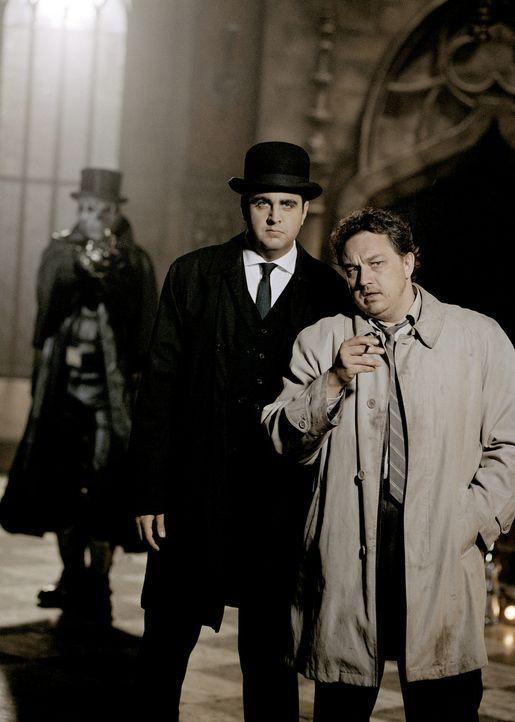 """Ein Schurkenmörder geht um - genannt """"Der WiXXer""""! Scotland Yard setzt seine besten Männer auf den Fall an: Den neuen Inspector Very Long (Bastian... - Bildquelle: Rat Pack Filmproduktion GmbH"""