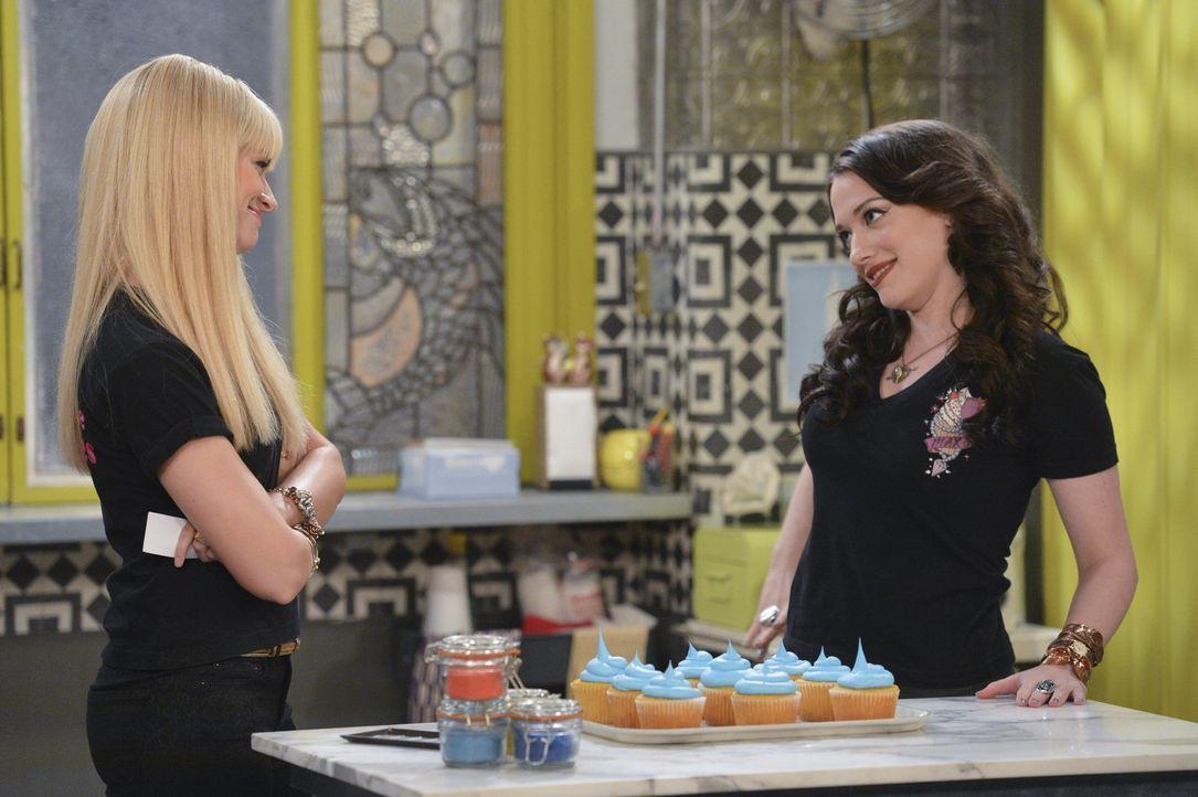 """Bekommen das Angebot, eine Episode von """"The Kardashians"""" an ihrem Kuchenfenster zu drehen. Doch werden Max (Kat Dennings, r.) und Caroline (Beth Beh... - Bildquelle: Warner Bros. Television"""