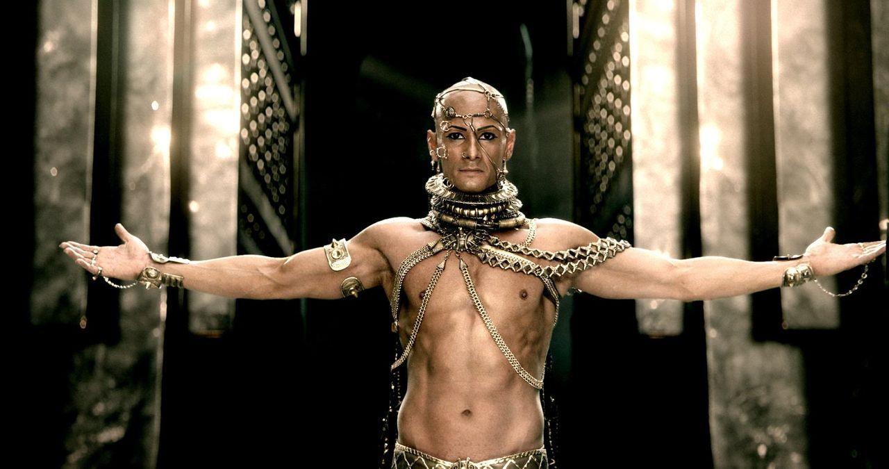 Durch ein Bad in einer sonderbaren Flüssigkeit wird Xerxes (Rodrigo Santoro) zum übermenschlichen Gottkönig der Perser ... - Bildquelle: 2014 Warner Bros. Entertainment, Inc.