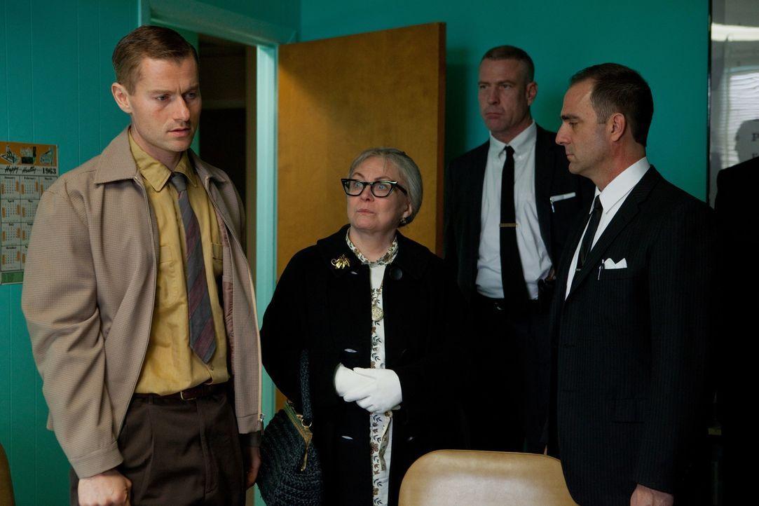 Während die FBI-Agenten versuchen herauszufinden, was eigentlich passiert ist, quält Lee Harvey Oswalds Bruder Bob (James Badge Dale, l.) und dess... - Bildquelle: Claire Folger 2013 WALLEYE PRODUCTIONS, LLC ALL RIGHTS RESERVED.