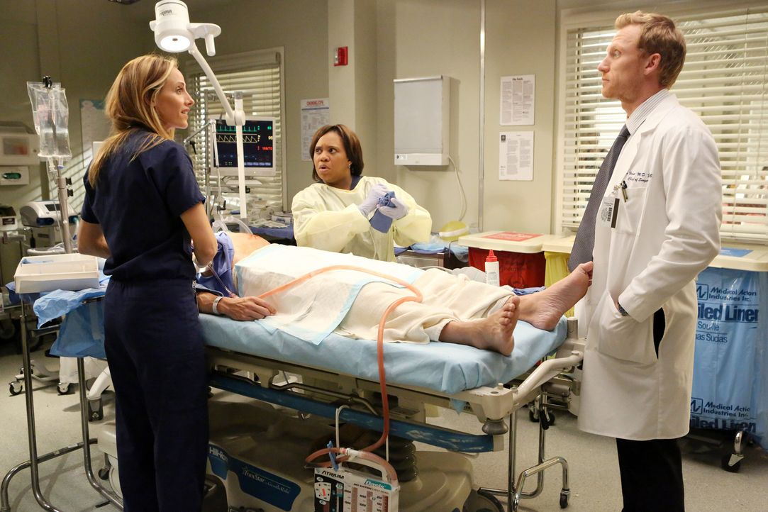 Während Teddy (Kim Raver, l.), Owen (Kevin McKidd, r.) und Miranda (Chandra Wilson, M.) im Krankenhaus nichts davon ahnen, was mit Meredith, Cristin... - Bildquelle: Touchstone Television