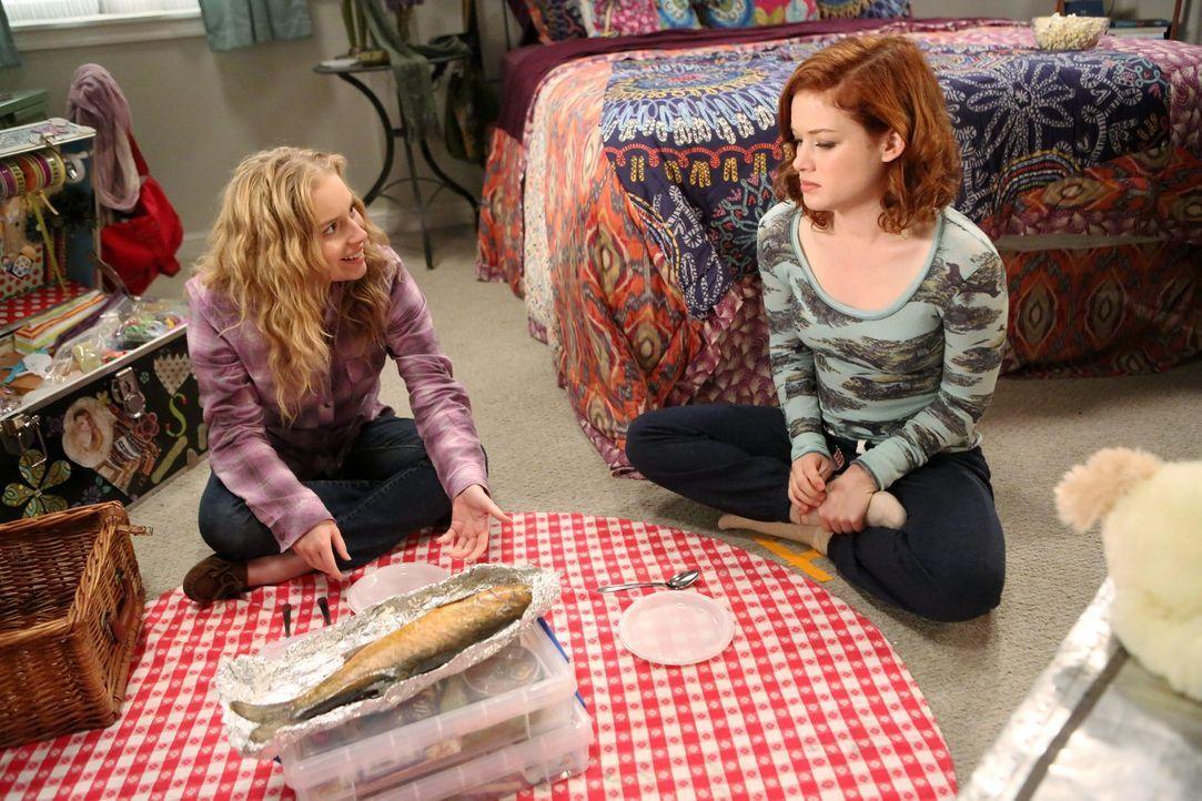 Als Lisa (Allie Grant, l.) und Tessa (Jane Levy, r.) ihre Freundschaft mit geräuchertem Fisch feiern, landet Tessa mit Fischvergiftung im Krankenhau... - Bildquelle: Warner Brothers