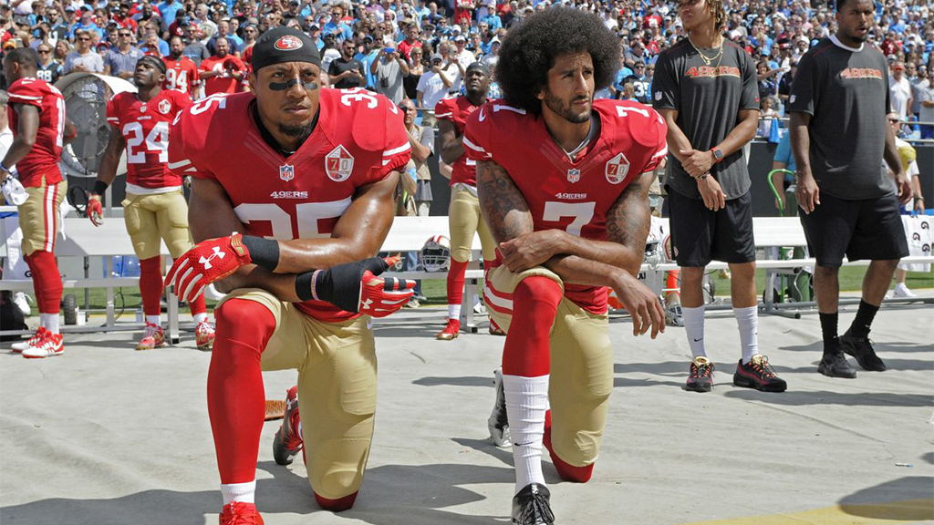 Colin Kaepernick setzte mit einem Kniefall während der US-Nationalhymne ein Zeichen gegen Polizeigewalt und Rassismus. - Bildquelle: picture alliance / AP Photo