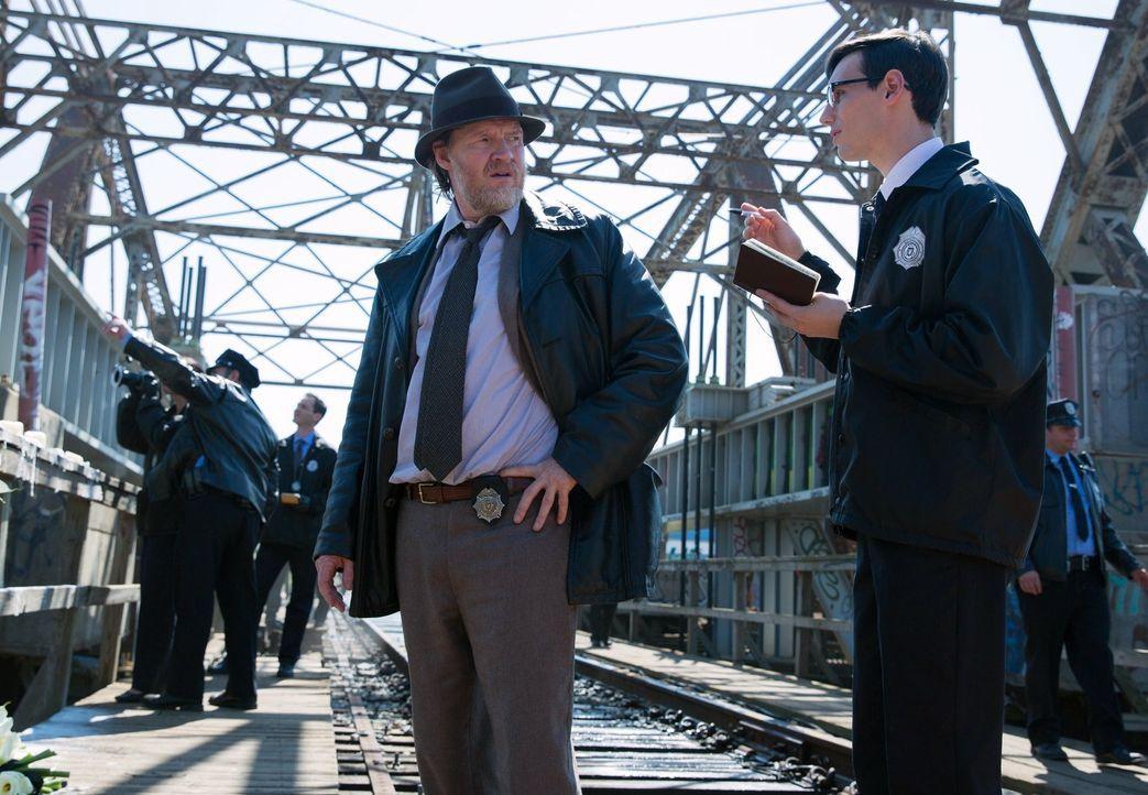 Ein neuer Fall beschäftigt Edward Nygma (Cory Michael Smith, r.) und Harvey Bullock (Donal Logue, l.). Bei den Ermittlungen wird Bullock mit schmerz... - Bildquelle: Warner Bros. Entertainment, Inc.