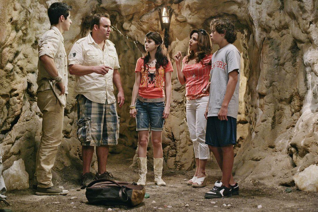 Für die Familie Russo (v.l.n.r.: Justin (David Henrie), Jerry (David DeLuise), Alex (Selena Gomez), Theresa (Maria Canals-Barrera) und Max (Jake T.... - Bildquelle: 2009 DISNEY ENTERPRISES, INC. All rights reserved. NO ARCHIVING. NO RESALE.