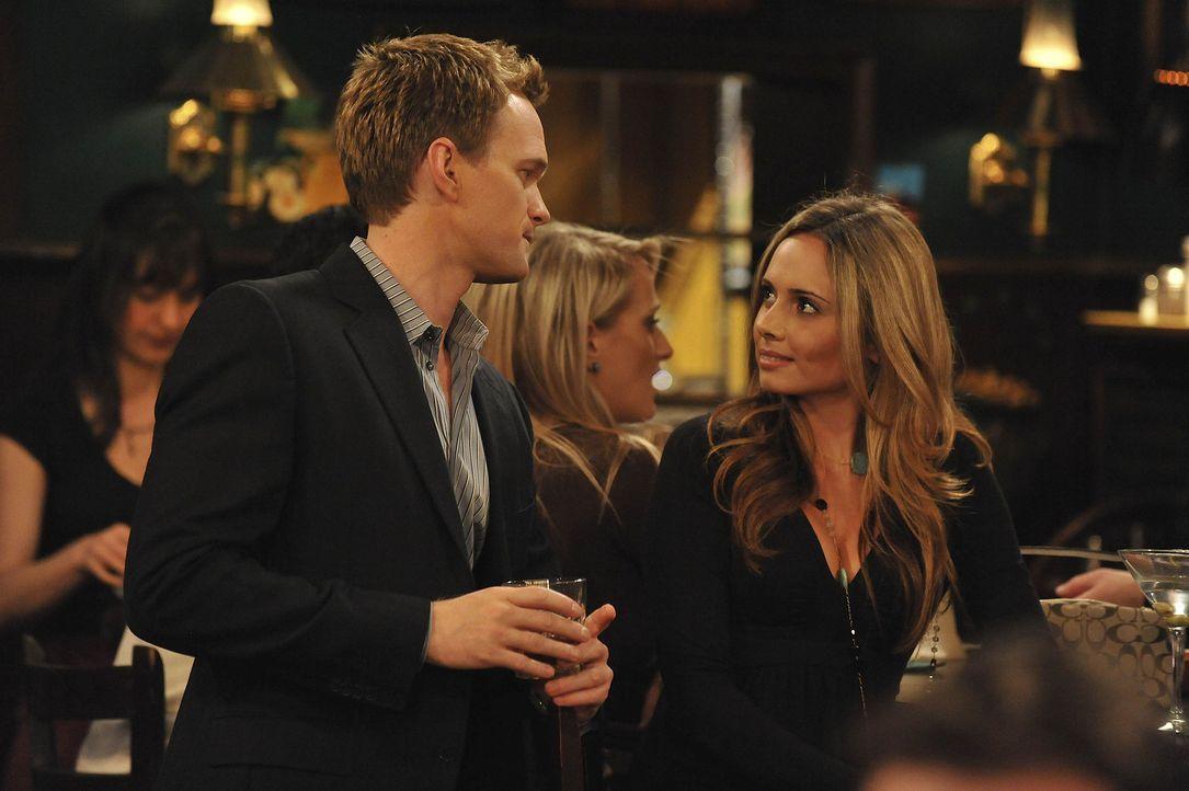 Barney (Neil Patrick Harris, l.) stellt sich der großen Herausforderung, innerhalb einer Woche jeden Abend eine Frau aufzureißen. Doch wird es ihm... - Bildquelle: 20th Century Fox International Television