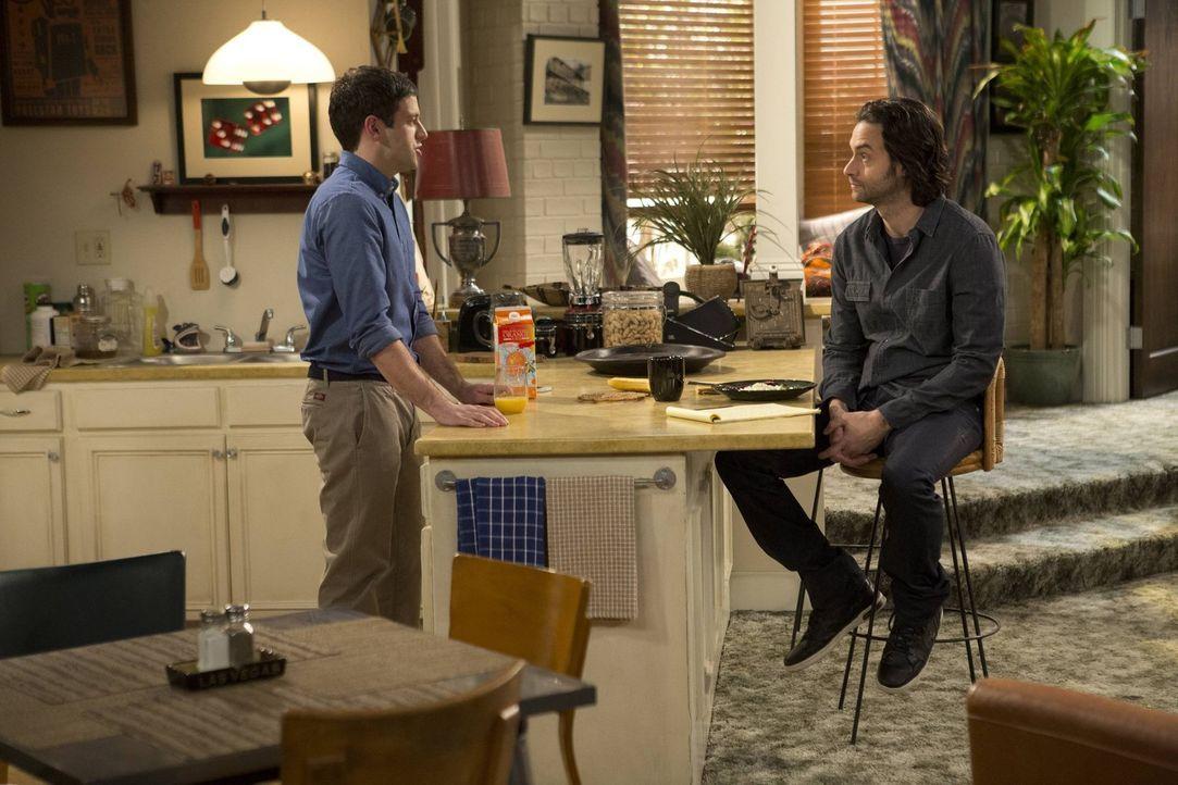 Trotz der Warnung von Danny (Chris D'Elia, r.) glaubt Justin (Brent Morin, l.) nicht, dass Nicki nicht zurückkommt ... - Bildquelle: Warner Brothers
