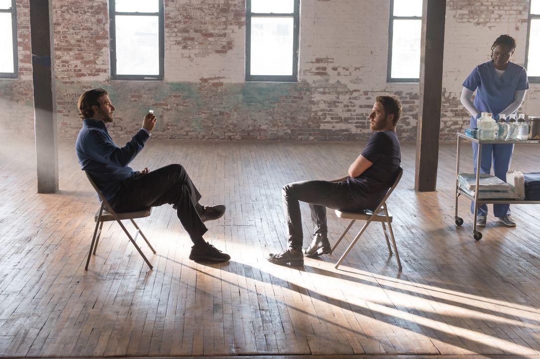 Senator Eddie Morra (Bradley Cooper, l.) hofft auf die Hilfe von Brian Finch (Jake McDorman, M.). Doch wird er sich wirklich darauf einlassen? - Bildquelle: Jeff Neumann 2015 CBS Broadcasting, Inc. All Rights Reserved