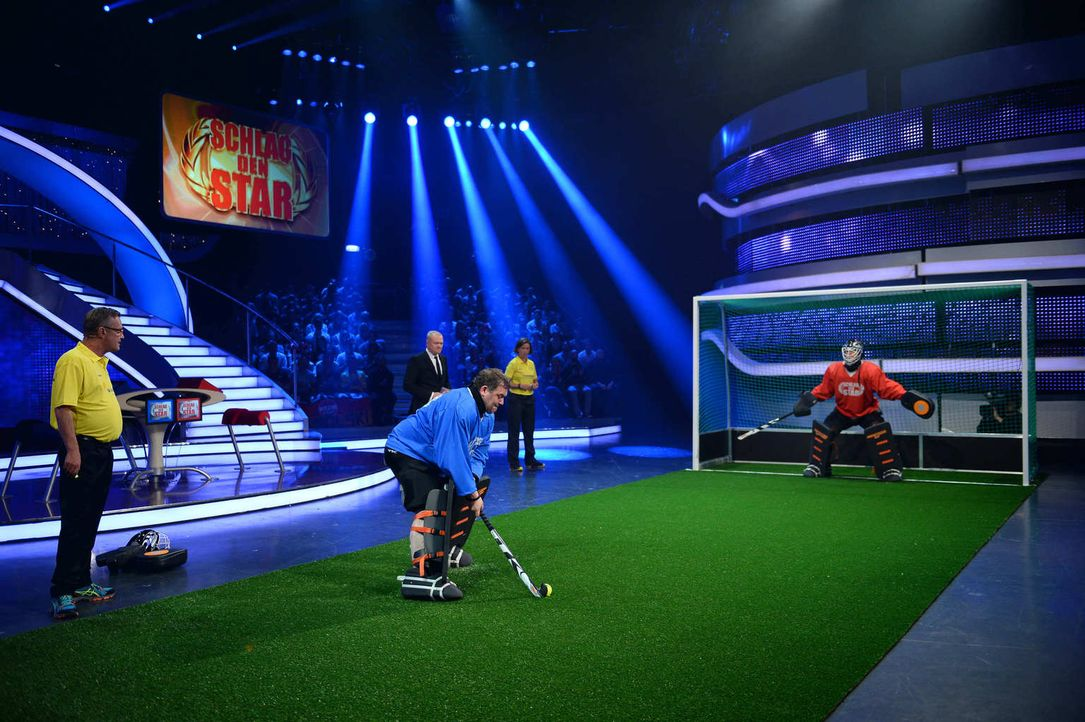 Lukas Podolski (r.) und Elton (M.) treten gegeneinander an. Stefan Raab (2.v.l.) ist gespannt - wer das Spiel für sich entscheidet ... - Bildquelle: Willi Weber ProSieben