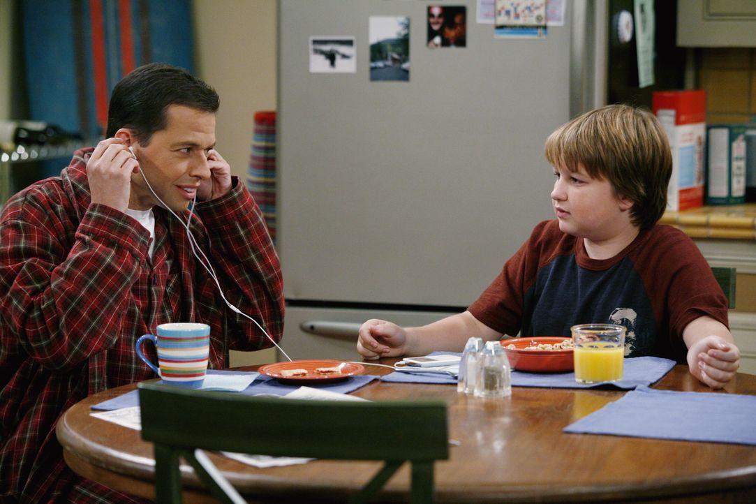 Alan (Jon Cryer, l.) und Jake (Angus T. Jones, r.) haben eine Auseinandersetzung, da Jake auf ein Rockkonzert gehen möchte ... - Bildquelle: Warner Brothers Entertainment Inc.