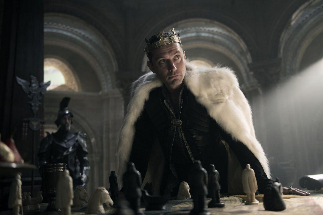 Vortigern (Jude Law) - Bildquelle: Warner Bros.