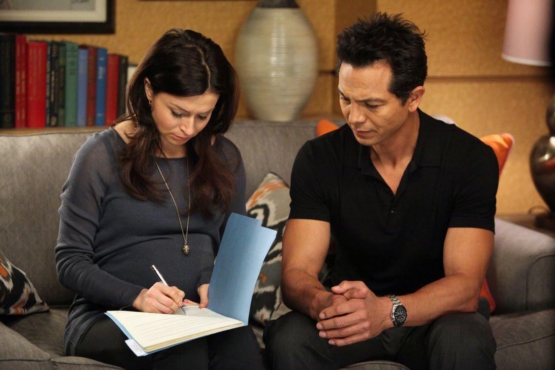 Cooper und Violet behandeln ein junges Mädchen, das Probleme mit ihrem Geschlecht hat, während Jake (Benjamin Bratt, r.) Amelia (Caterina Scorsone... - Bildquelle: ABC Studios