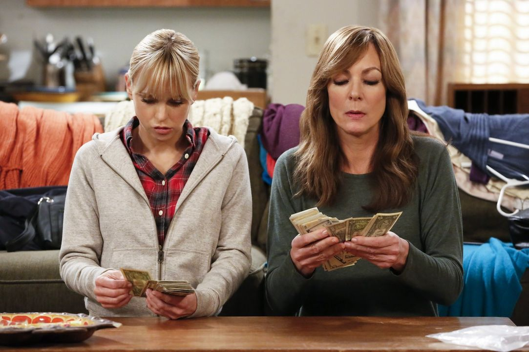 Dass der Tod ihrer Mutter etwas Gutes mitbringt, damit hat Bonnie (Allison Janney, r.) nicht gerechnet. Auch Christy (Anna Faris, l.) ist überrascht... - Bildquelle: 2016 Warner Bros. Entertainment, Inc.