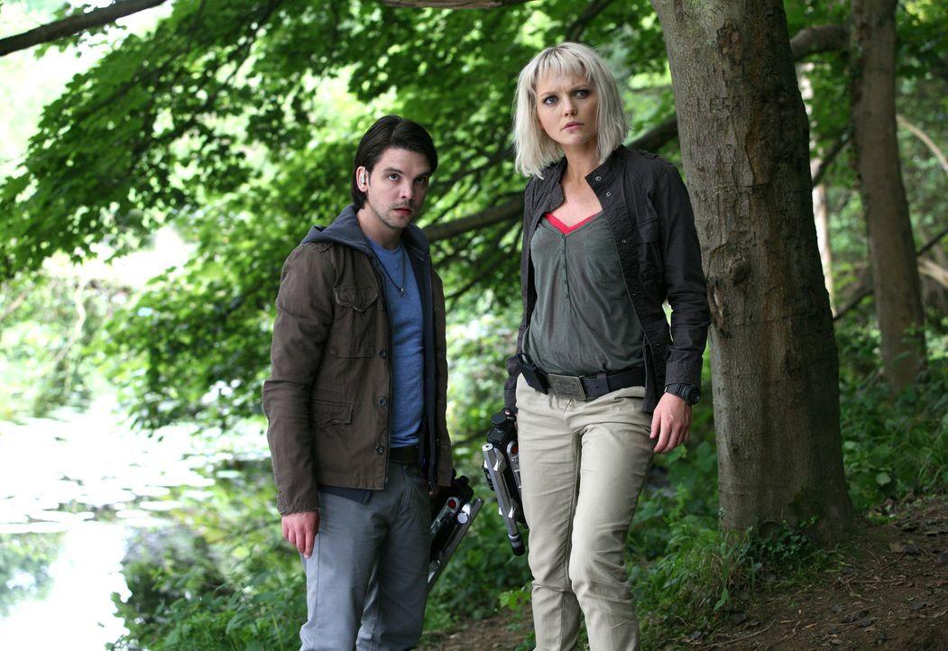 Connor (Andrew Lee Potts, l.) erhält von Philip das Angebot, in dessen eigenem Labor das Geheimnis der Anomalien zu erforschen. Connor fühlt sich... - Bildquelle: ITV Plc