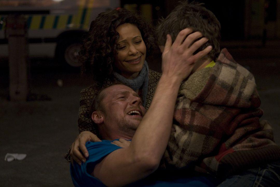 Ende gut, alles gut: Dennis (Simon Pegg, l.) hat den Marathon überlebt, Libby (Thandie Newton. M.) und Sohnemann Jake (Matthew Fenton, r.) sind darü... - Bildquelle: 2008 Warner Brothers