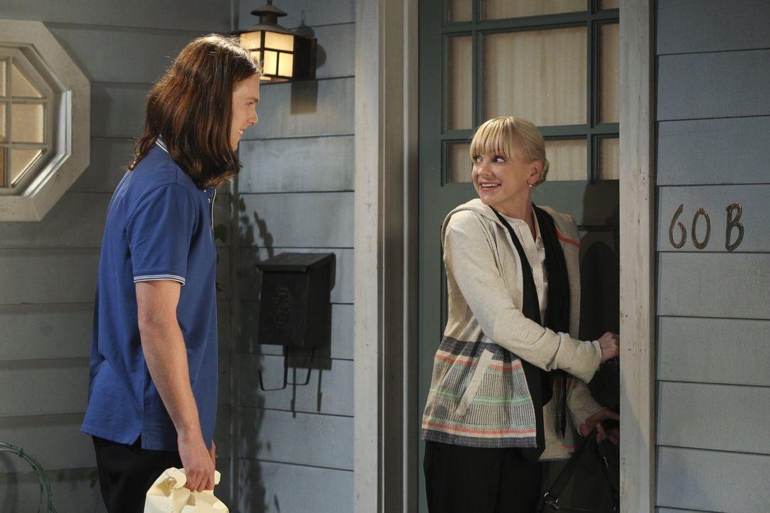 Luke (Spencer Daniels, l.) folgt der Einladung von Christy (Anna Faris, r.), die gern in Ruhe mit ihm sprechen möchte ... - Bildquelle: Warner Brothers Entertainment Inc.