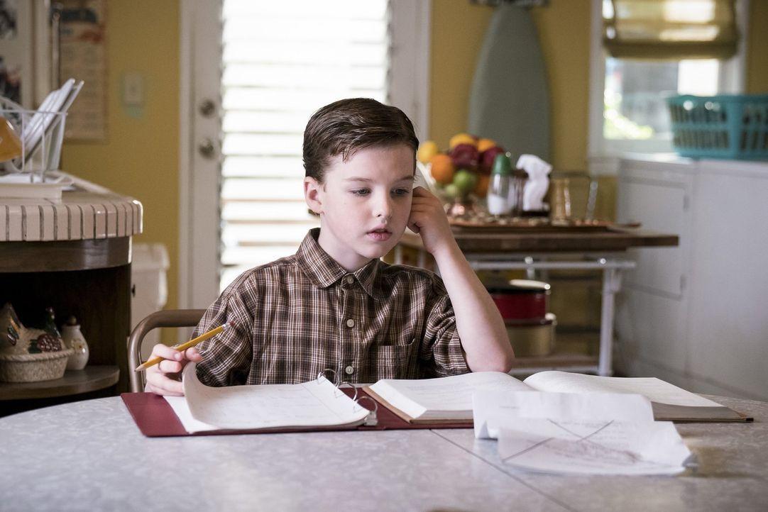 Nachdem Sheldon (Iain Armitage) dem Football-Team mit statistischen Berechnungen zurück auf die Erfolgsspur hilft, ist er plötzlich beliebt. Kann da... - Bildquelle: Warner Bros.
