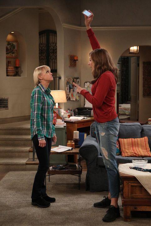 Die Situation zwischen Candace und Christy (Anna Faris, l.) verschärft sich immer mehr, obwohl die beiden angeblich versuchen, Freundinnen zu sein.... - Bildquelle: 2015 Warner Bros. Entertainment, Inc.