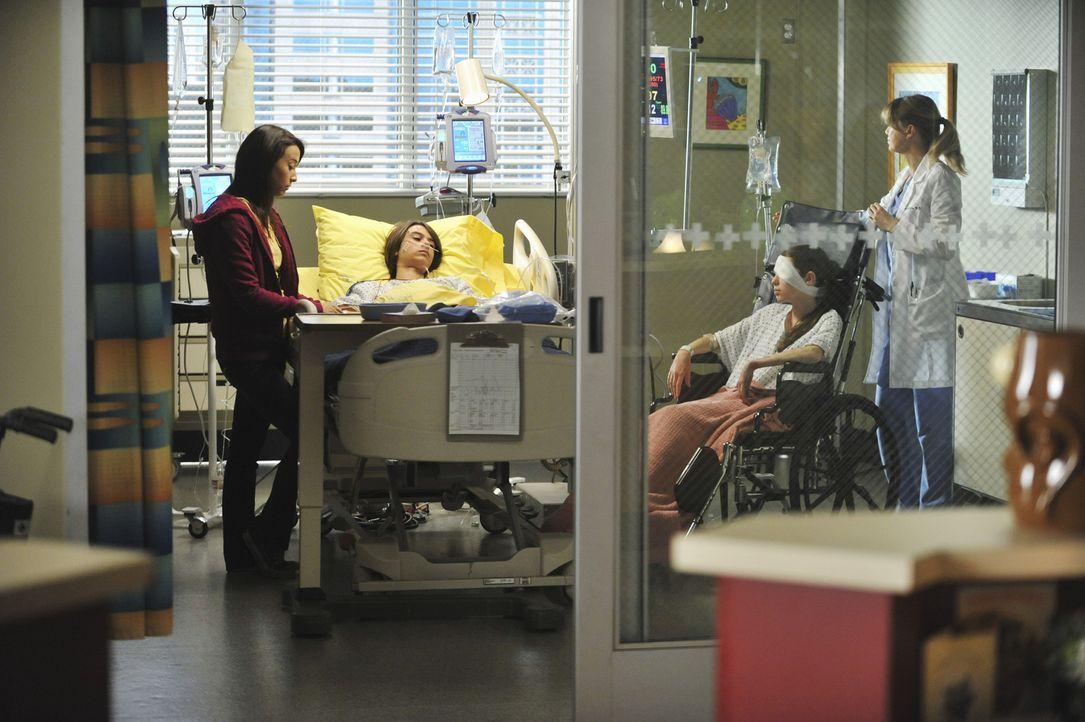 Nach dem schrecklichen Unfall versuchen Alex und Meredith (Ellen Pompeo, r.) nach Kräften, der verletzten Familie zu helfen: Lily (Stella Maeve, l.... - Bildquelle: ABC Studios