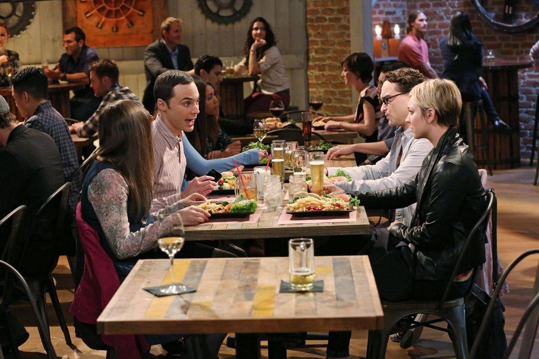 Leonard (Johnny Galecki, 2.v.r.) und Penny (Kaley Cuoco, r.) versuchen Sheldon (Jim Parsons, 2.v.l.) zu beweisen, dass er und Amy (Mayim Bialik, l.)... - Bildquelle: Warner Brothers