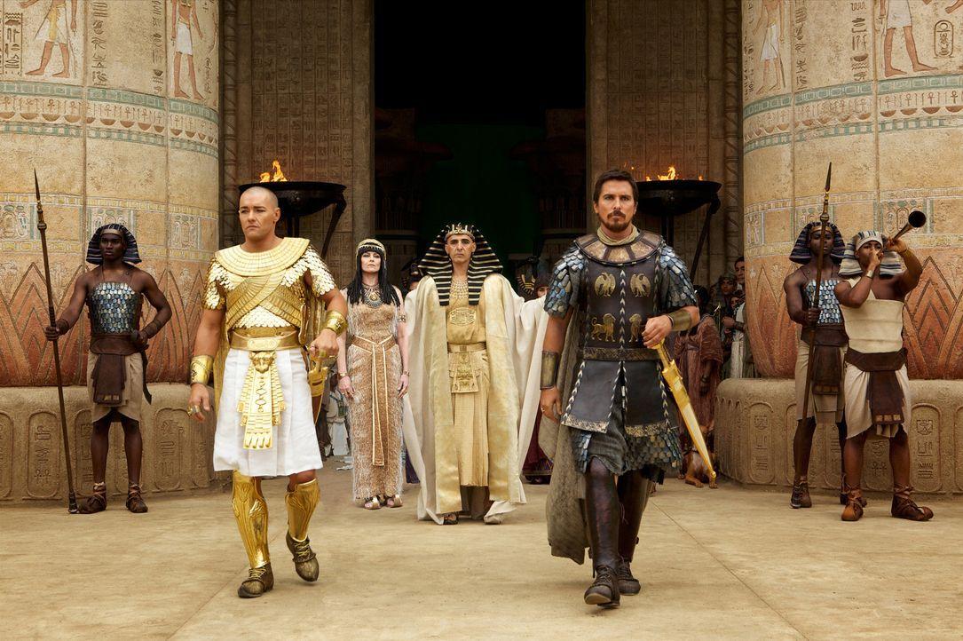 Während Pharao Seti (John Turturro, M. r.) Adoptivsohn Moses (Christian Bale, r.) liebt und sehr schätzt, hegt seine Frau Tuya (Sigourney Weaver, M.... - Bildquelle: 2014 Twentieth Century Fox Film Corporation. All rights reserved.