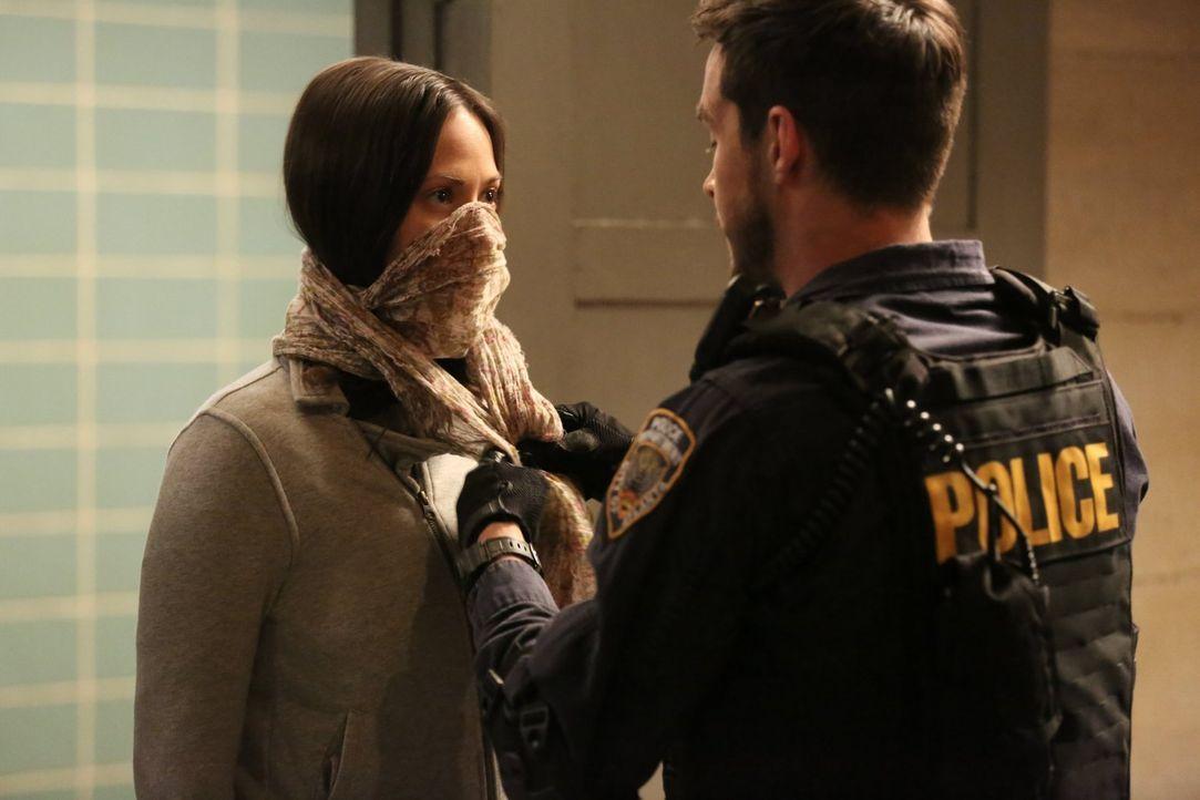 Erkennen, dass möglicherweise der Freund von Dr. Sanders Patient 0 war: Katie (Kristen Gutoskie, l.) und Jake (Chris Wood, r.) ... - Bildquelle: Warner Brothers